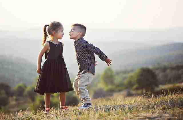 beso niños poliamor
